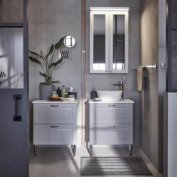 Không nên để gương tắm soi vào các đồ trong nhà vệ sinh